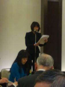お祝いのメッセージを読みあげる 平田由香様